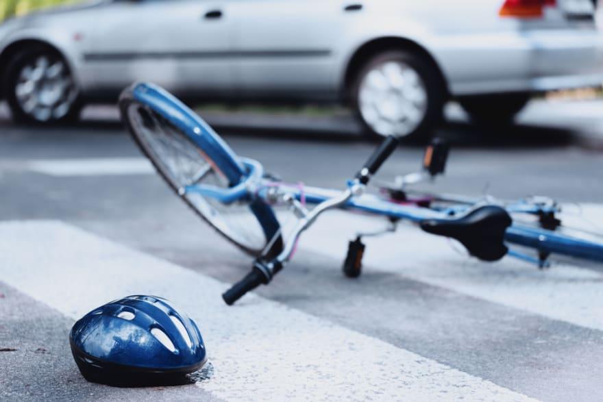 Una adolescente robó el carro de sus padres y arrolló a ciclista (VIDEO)