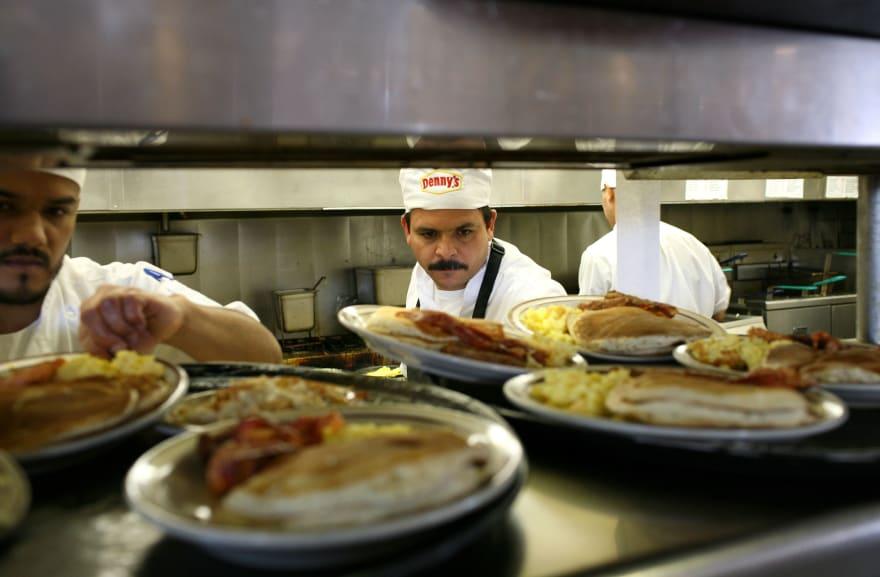 Hispano de Florida demanda a restaurante Denny's tras contraer hepatitis
