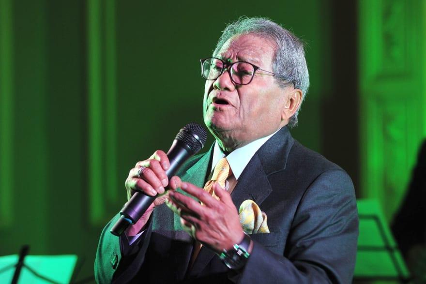 El cantautor mexicano Armando Manzanero tuvo que ser hospitalizado tras contagiarse de coronavirus