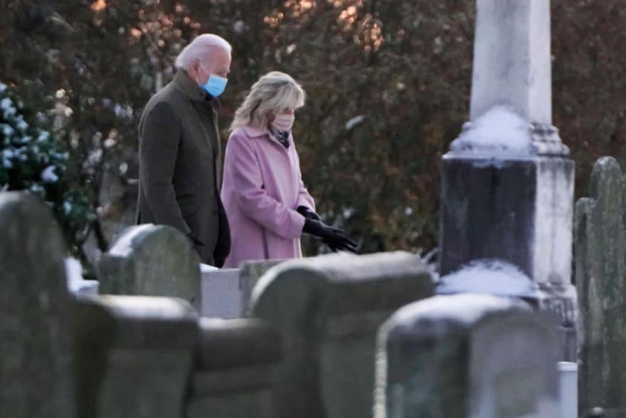Biden visita tumba de su primera esposa junto a Jill en el aniversario de su muerte