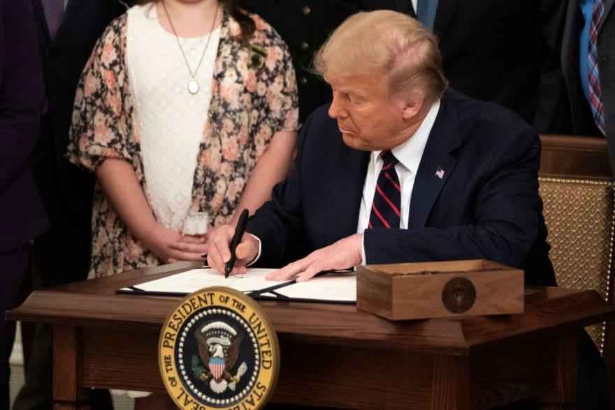 Trump exige cheque de $2,000 dólares para aprobar ayuda por coronavirus