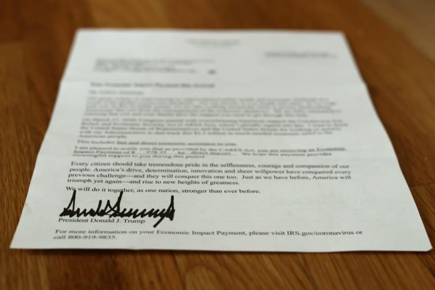 Trump aprobó cheques de $600 pero se debatirá aumentarlos a $2,000