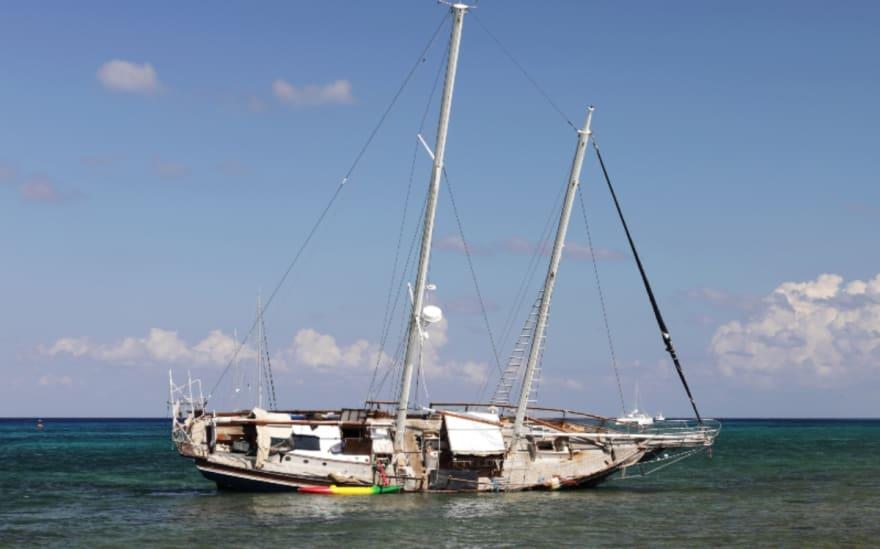 Se hunde barco con decenas de turistas en playa de México (VIDEO)