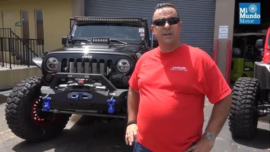 Hispano comparte su éxito empresarial con su pasión a los Jeeps y mira cómo lo resalta