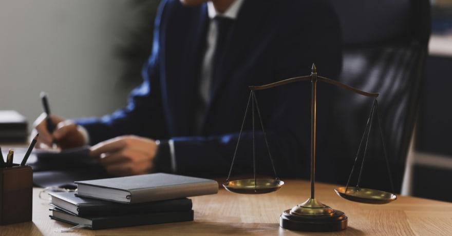 Cómo encontrar abogados de inmigración gratuitos que te brindarán la orientación legal que necesitas