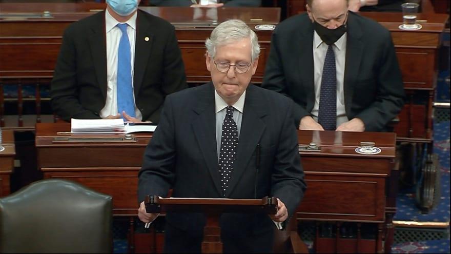 """Mitch McConnell llama a senadores a ejercer """"voto de conciencia"""" en impeachment de Trump"""