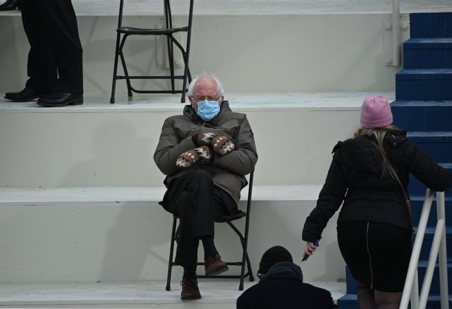 Bernie Sanders destaca por su Outfit en plena inauguración de Biden (FOTO)