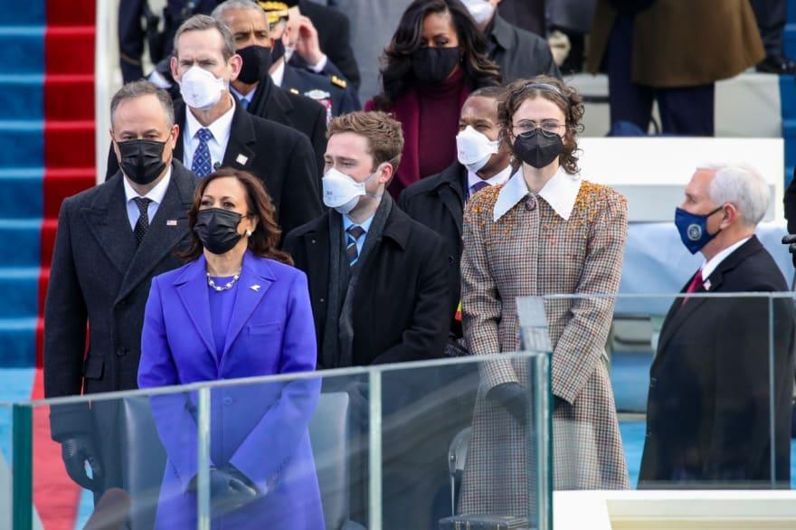 Hijastra de Kamala Harris 'se roba los reflectores' en la toma de posesión presidencial por su abrigo (FOTOS)