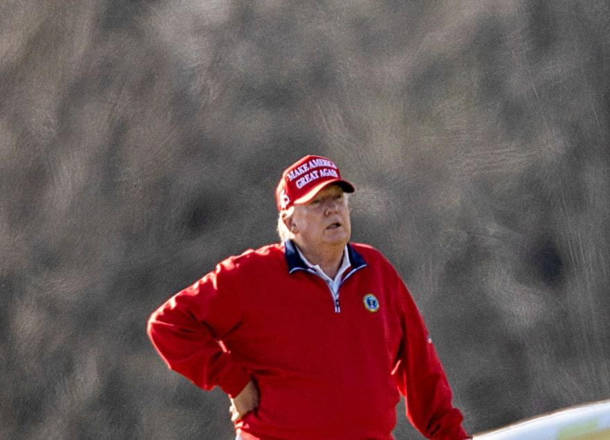 A una semana de haber dejado la Casa Blanca, Trump reaparece jugando golf (VIDEO)
