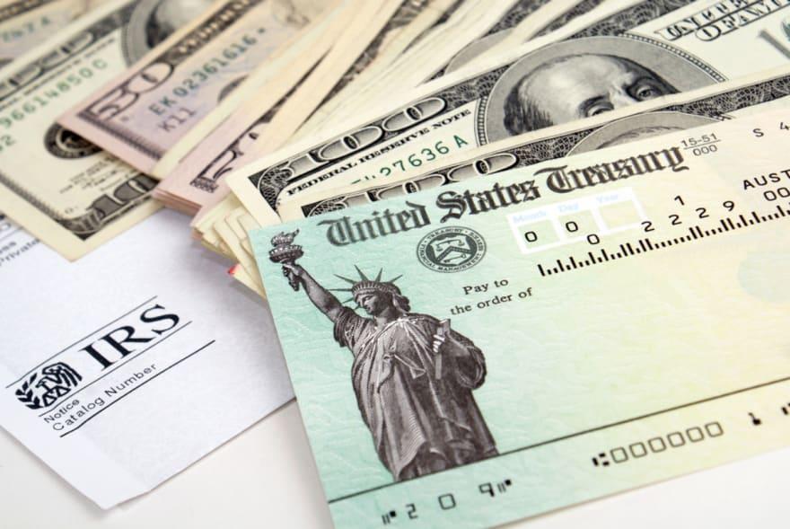 IRS informó erróneamente a 100 mil personas que no recibirían su cheque de estímulo