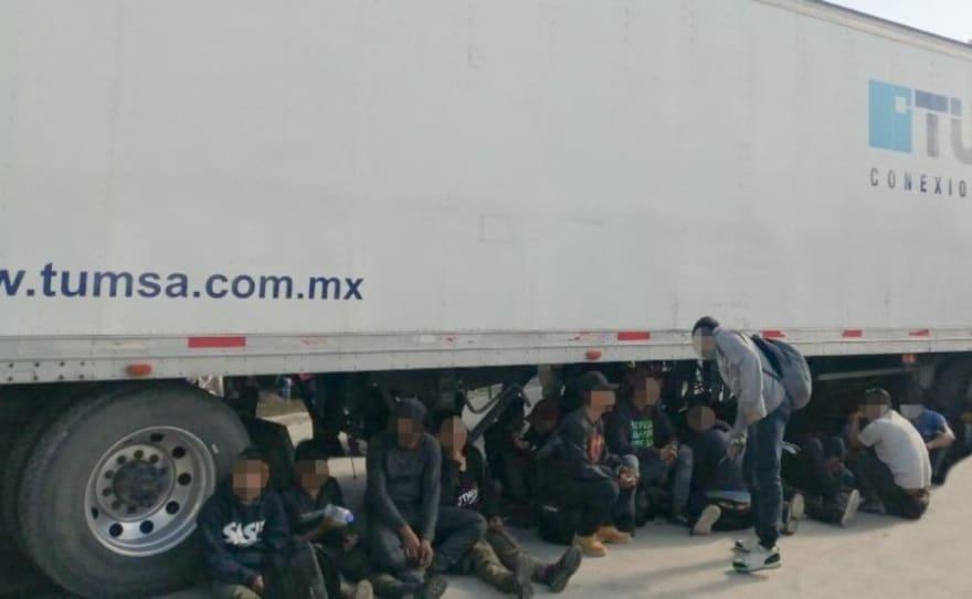 Autoridades rescatan a 233 inmigrantes abandonados en un camión en México