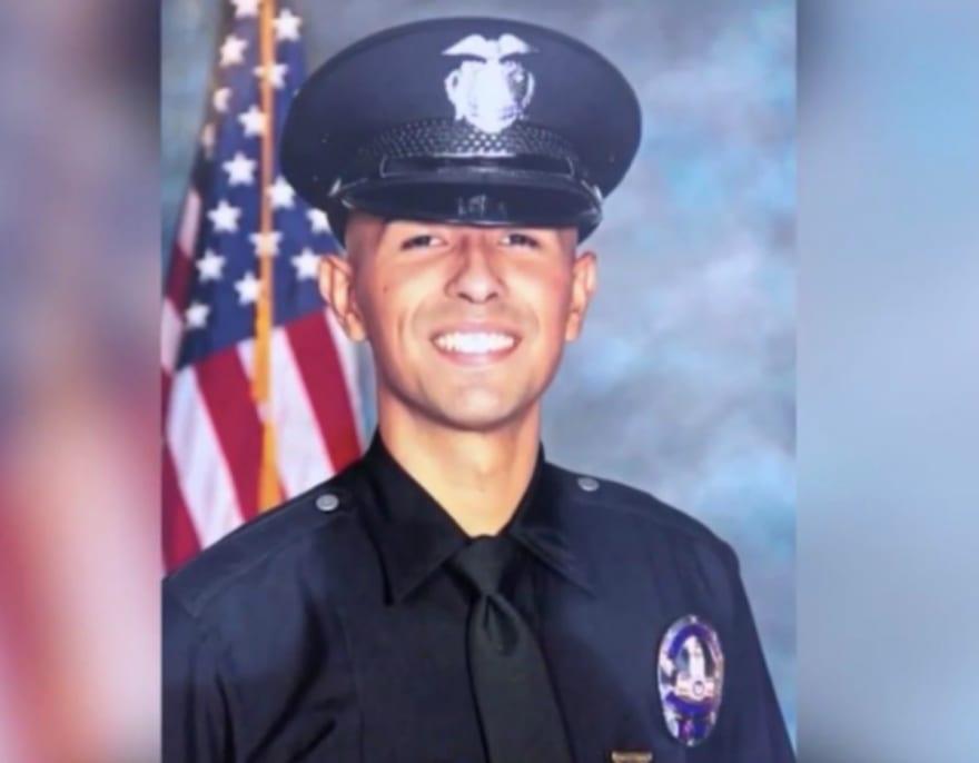 Familia pide más cargos contra sospechosos de asesinar a policía hispano en Los Ángeles