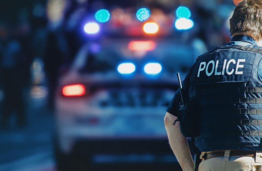 Policía investigado por golpear a una hispana durante su arresto (Video)