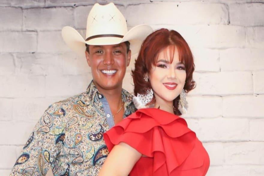 Esposa del cantante mexicano que ofendió a los pueblos hispanos no respeta su luto y lo hace llorar