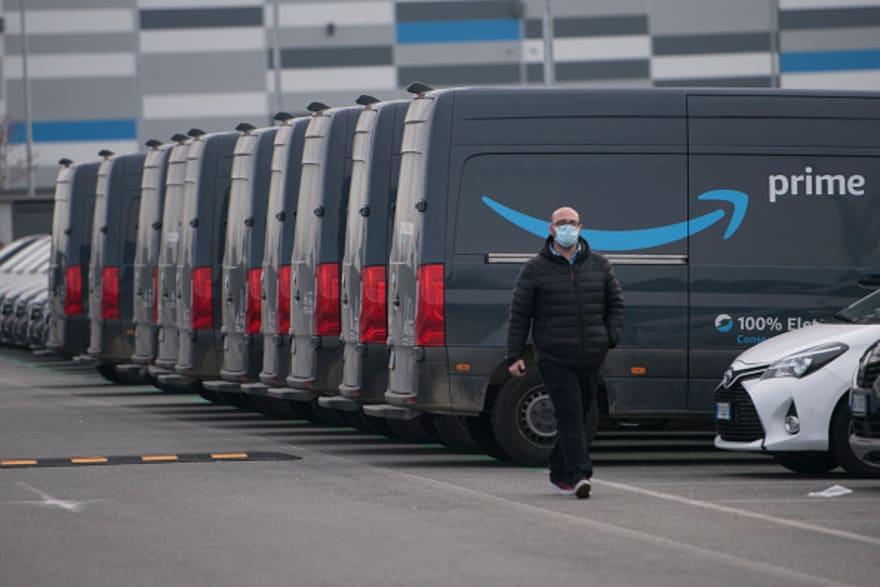 Amazon admite que trabajadores orinan en botellas y se disculpa por haberlo negado