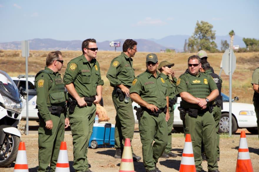 Gobierno de Biden prohíbe al ICE y CBP usar términos ofensivos para referirse a inmigrantes