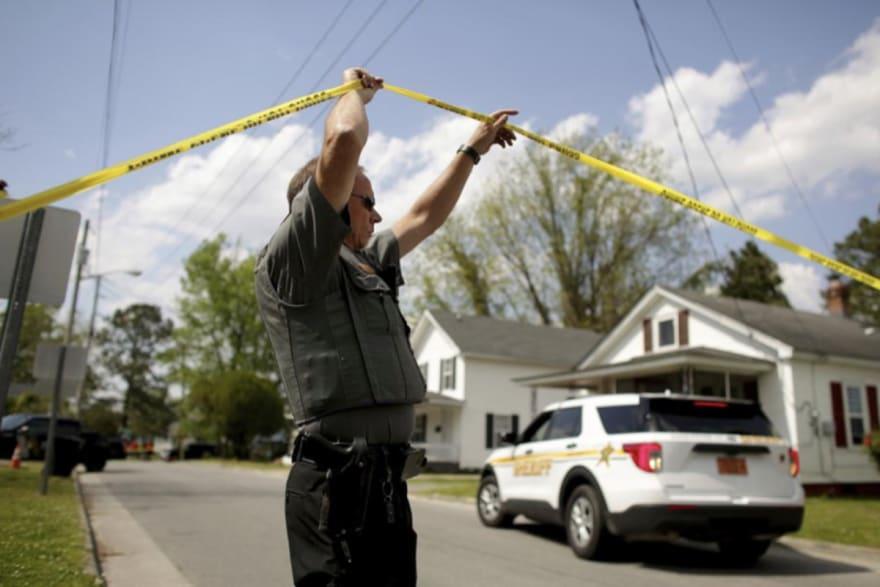 Oficial de Carolina del Norte tirotea a muerte a hombre afroamericano y se desatan protestas