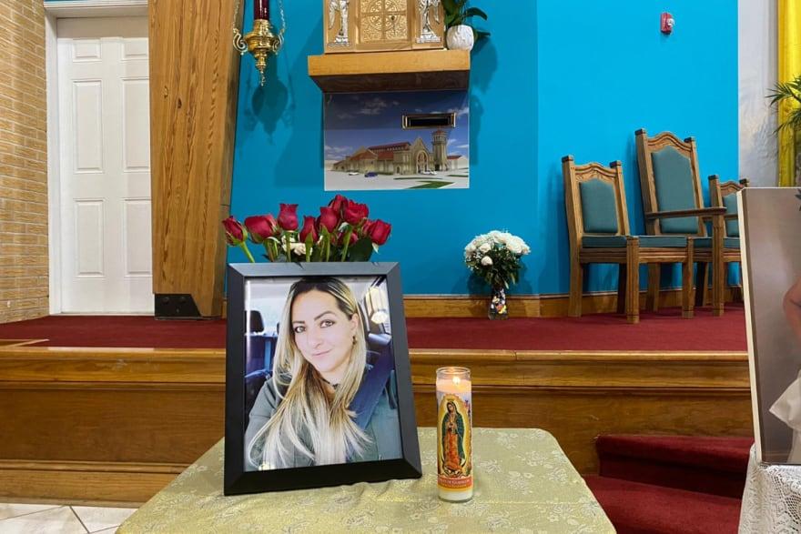 Esposo de Rossana Delgado devastado en misa que se ofreció por su eterno descanso