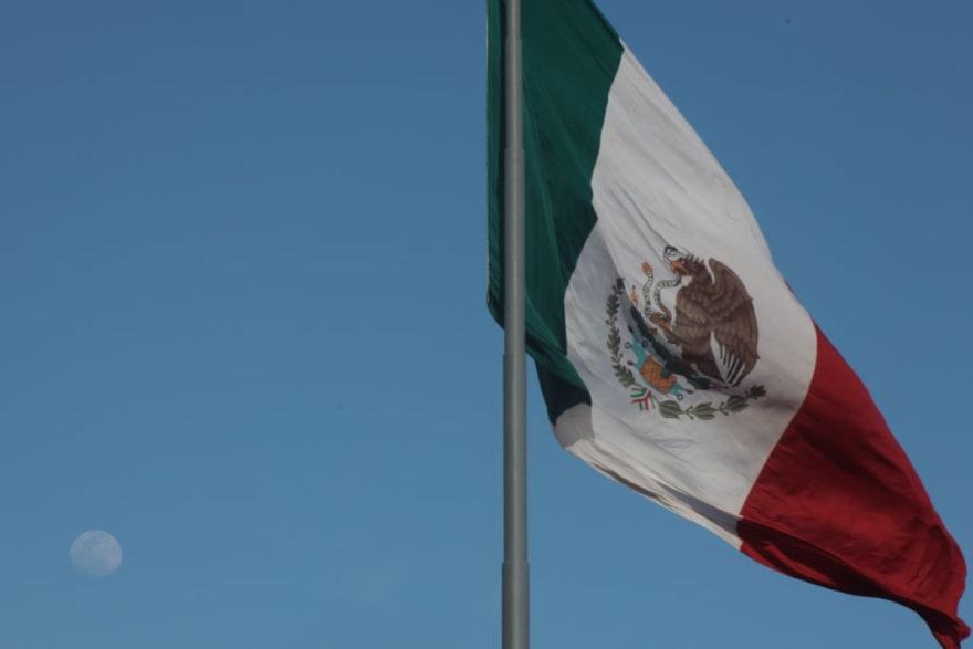 Estudiante al que le negaron su diploma por llevar bandera de México habla por primera vez