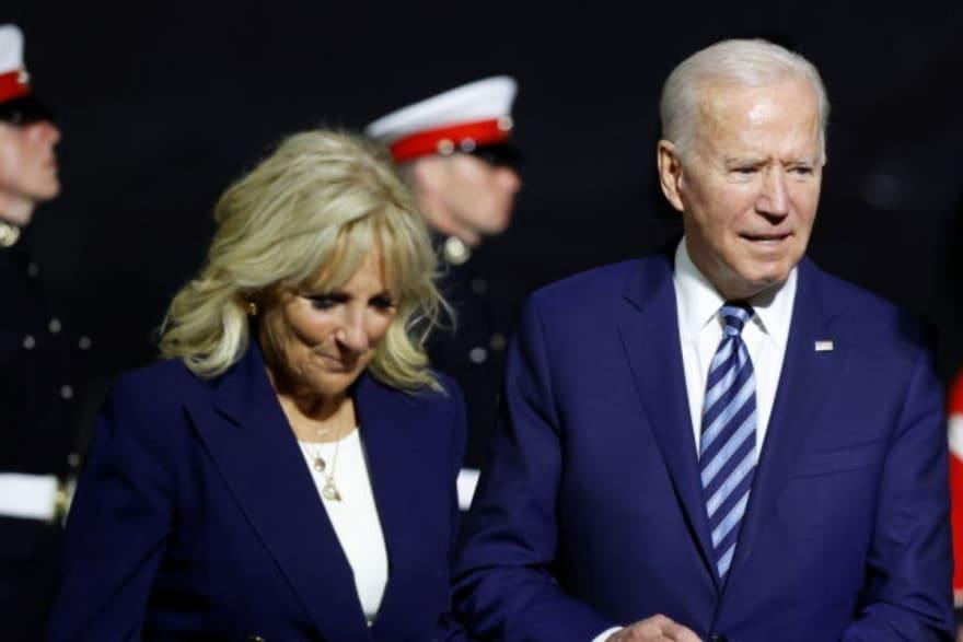 Jill Biden regaña al presidente en pleno discurso (VIDEO)