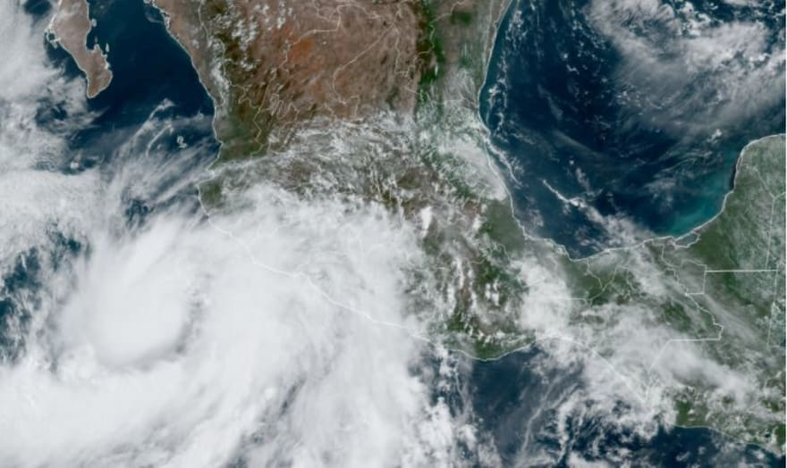 Huracán Enrique se intensifica y alcanza categoría 1 en costas mexicanas