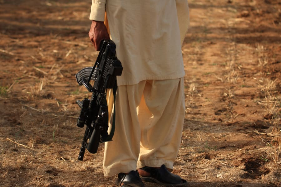 Al más puro estilo del narco mexicano, Talibán cuelga cadáver en plaza y causa terror