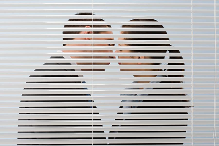 CURIOSO: Infidelidad en el cine, descubre a su esposa con la amante (VIDEO)