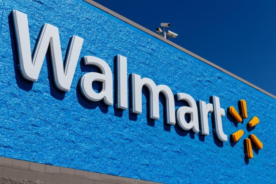 Empleada de Walmart renuncia a su trabajo a través de las bocinas de la tienda (VIDEO)