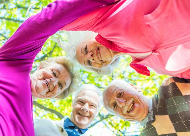 Beneficios de envejecer con hermanos