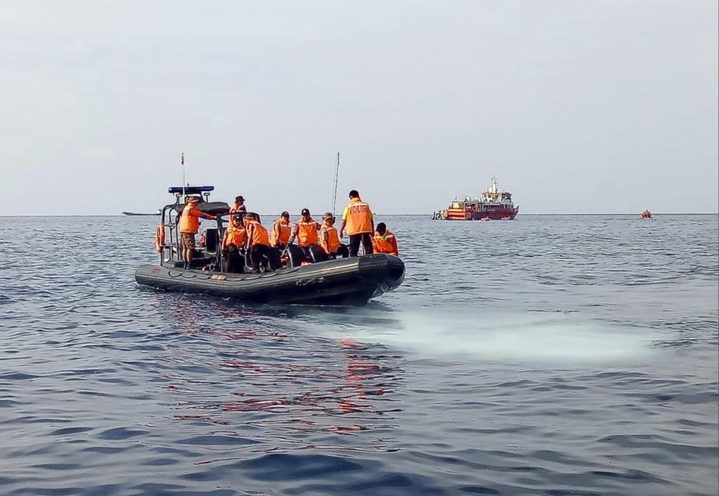 Descartan encontrar sobrevivientes tras caída de avión en Indonesia