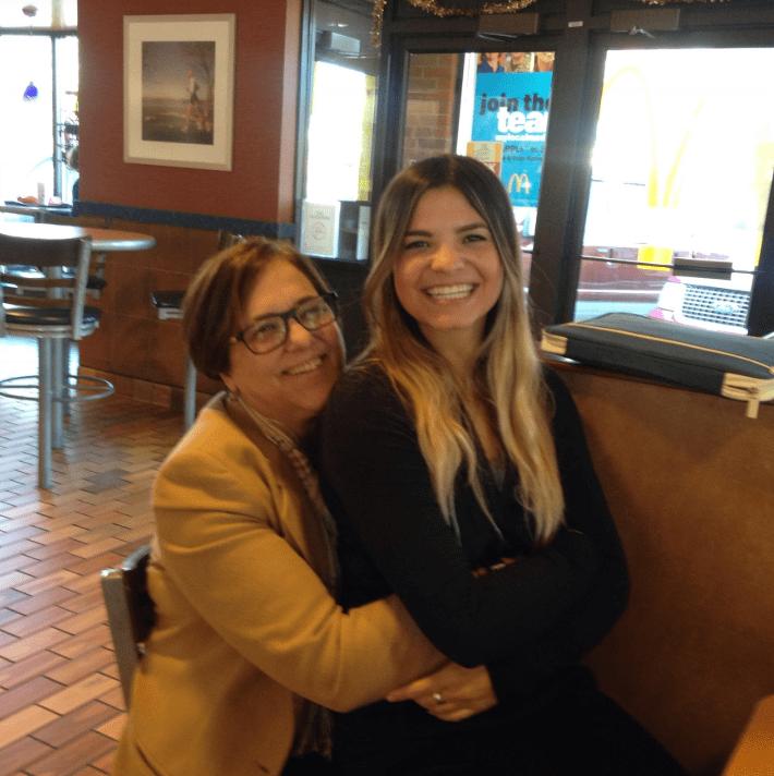 Madre e hija hispanas logran el sueño de muchos con McDonald's