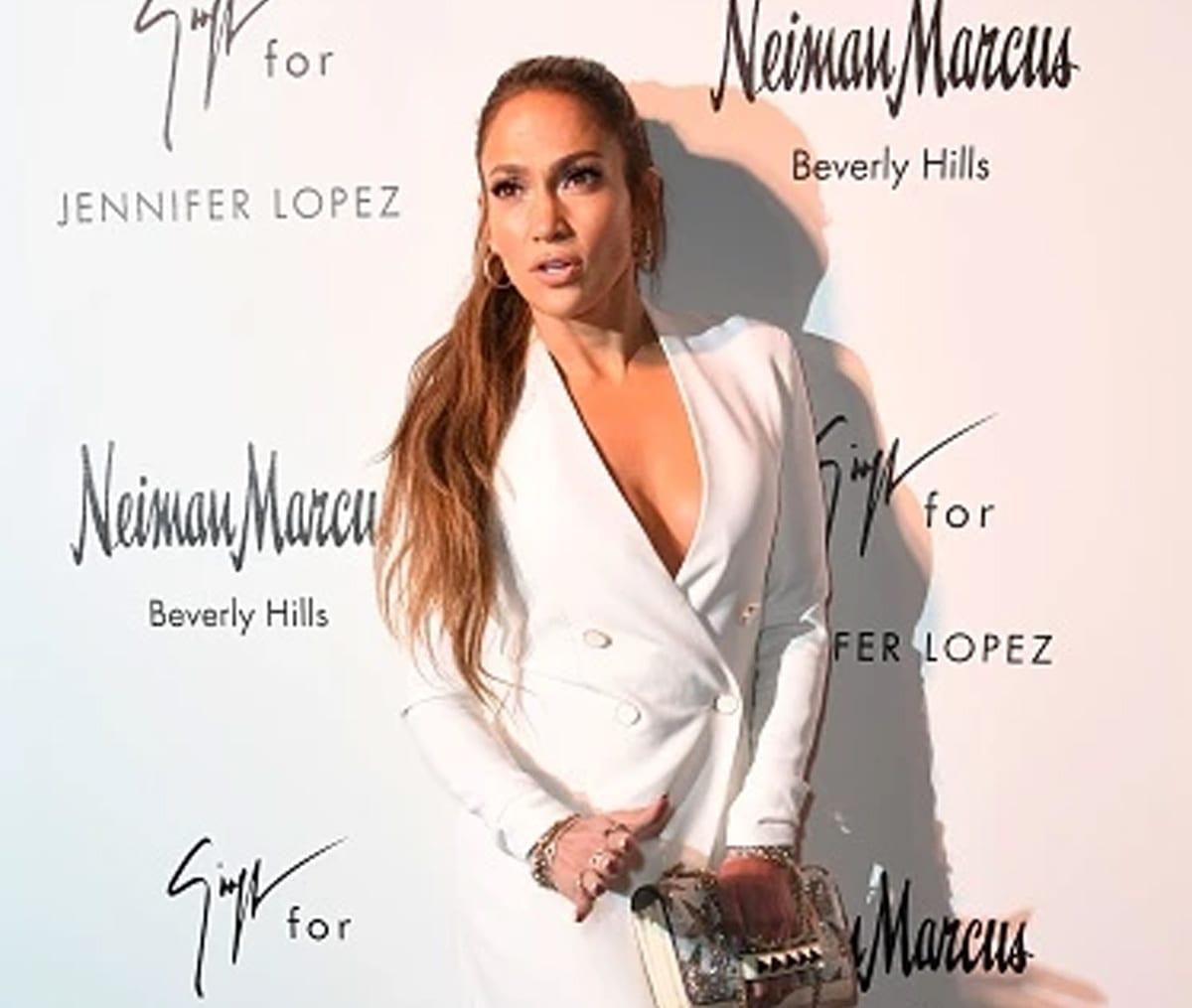 Jennifer López posa con ardiente vestido con transparencias y las redes explotan