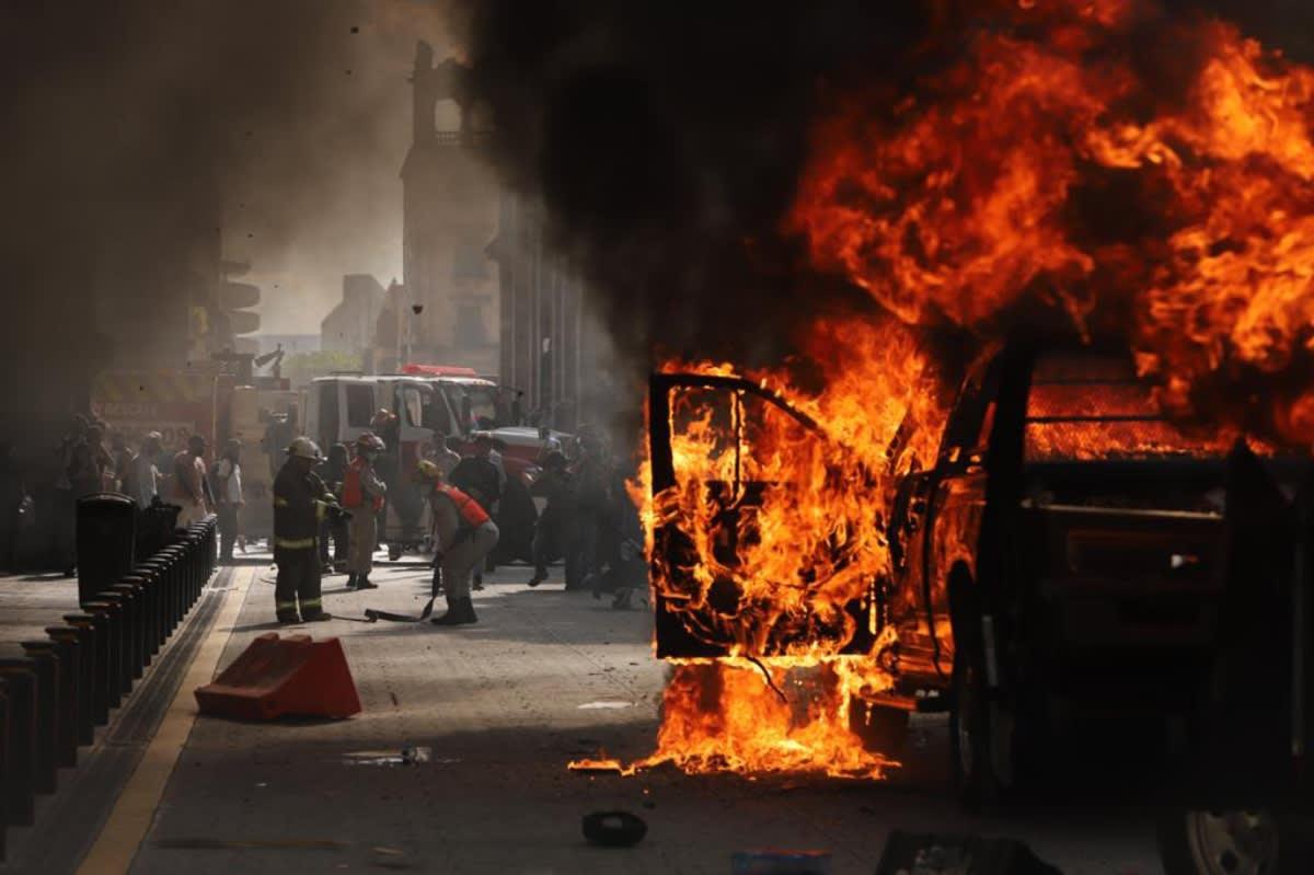 Protestan y queman patrullas en México por muerte de Giovanni; queman a policía (VIDEO)