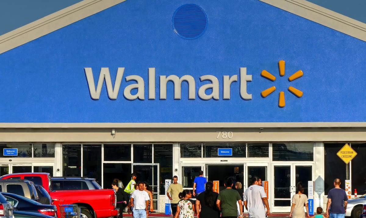 Hombre abrazaba a extraños en Walmart para supuestamente contagiarlos de coronavirus
