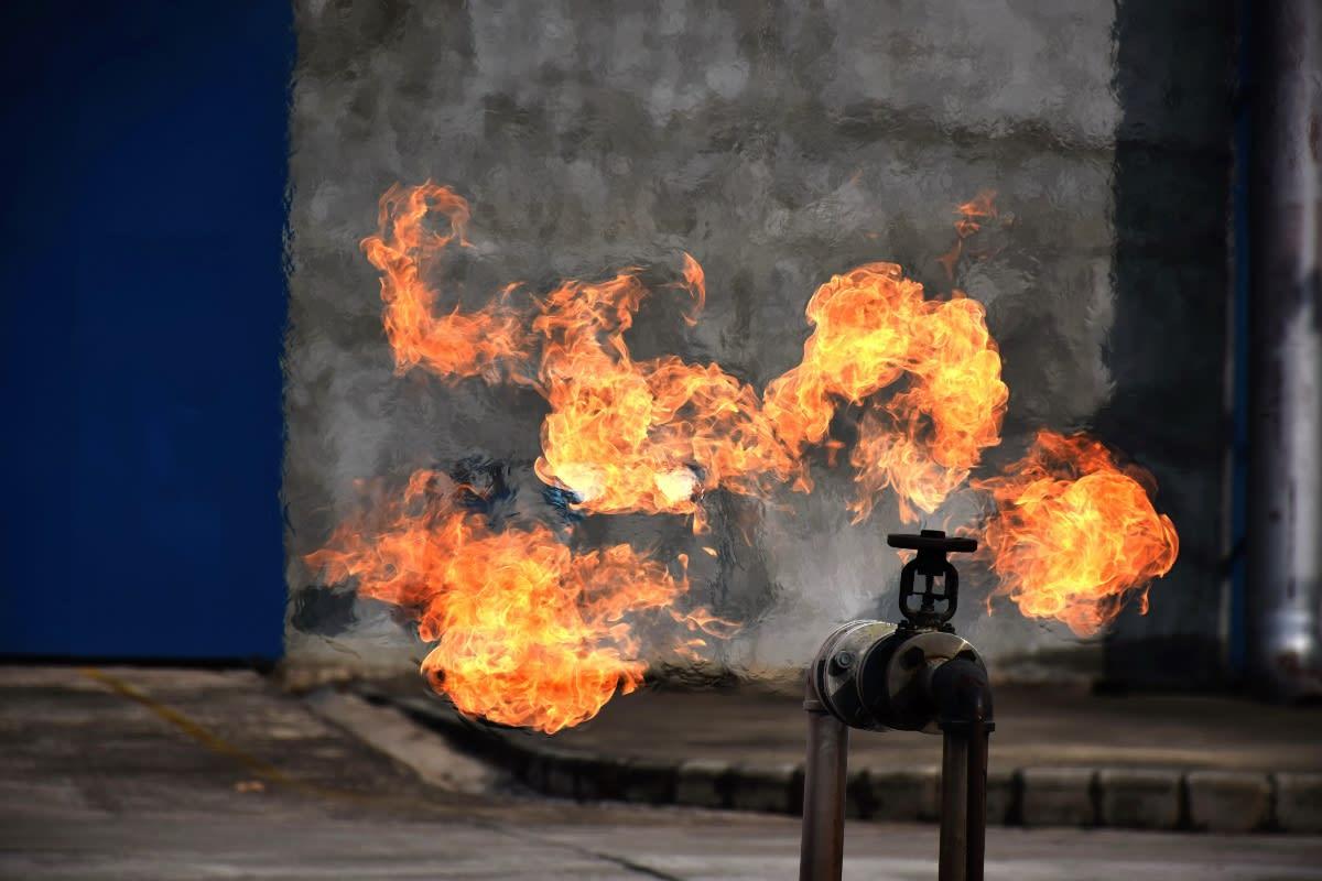 Florida: 800 hogares evacuados de urgencia cuando tubería de gas causa feroz incendio (VIDEO)