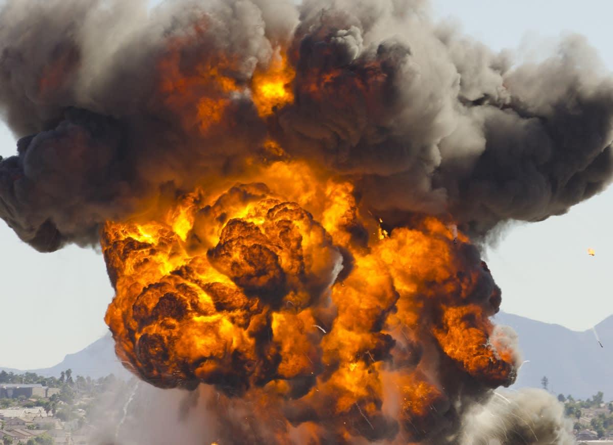 ¡Explosión! Dos muertos, casas dañadas, edificios derrumbados y hasta animales heridos al sur de Los Ángeles (VIDEOS)
