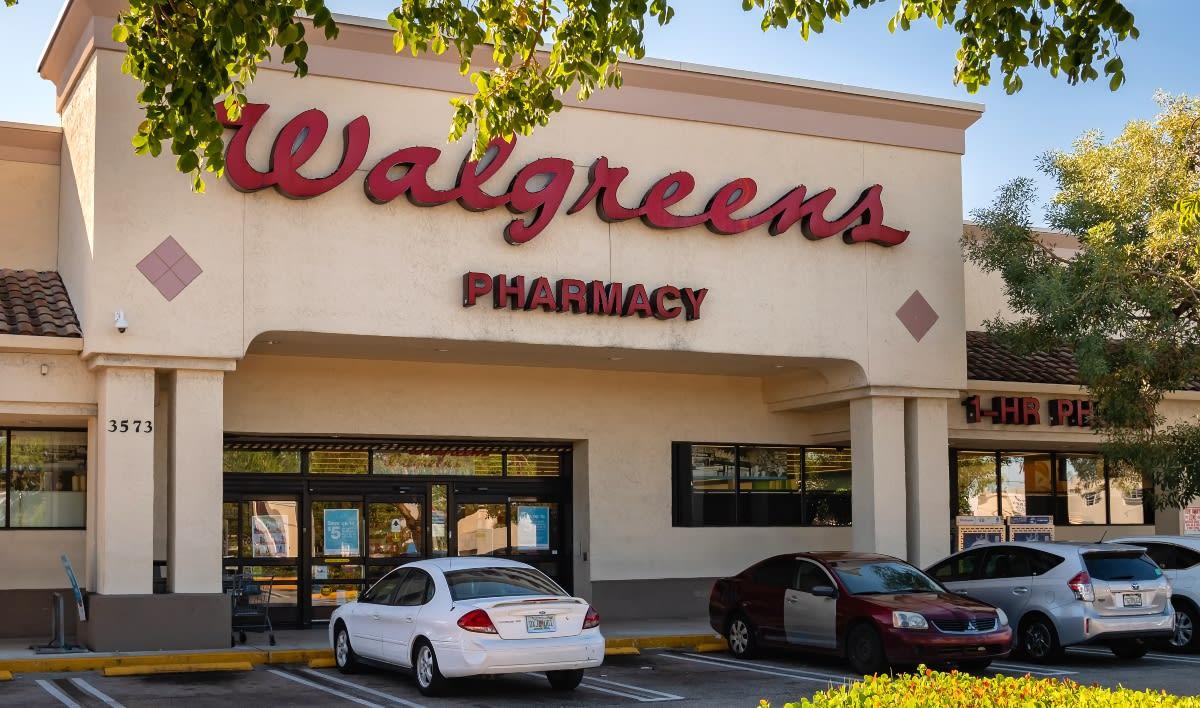 Walgreens contratará a 25,000 personas para aplicar vacuna contra COVID-19