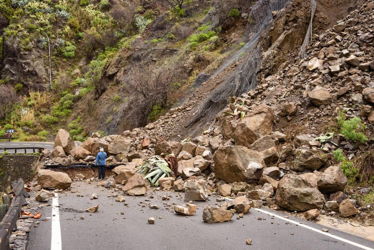 Conductor sobrevive luego que roca aplasta su vehículo (FOTO)