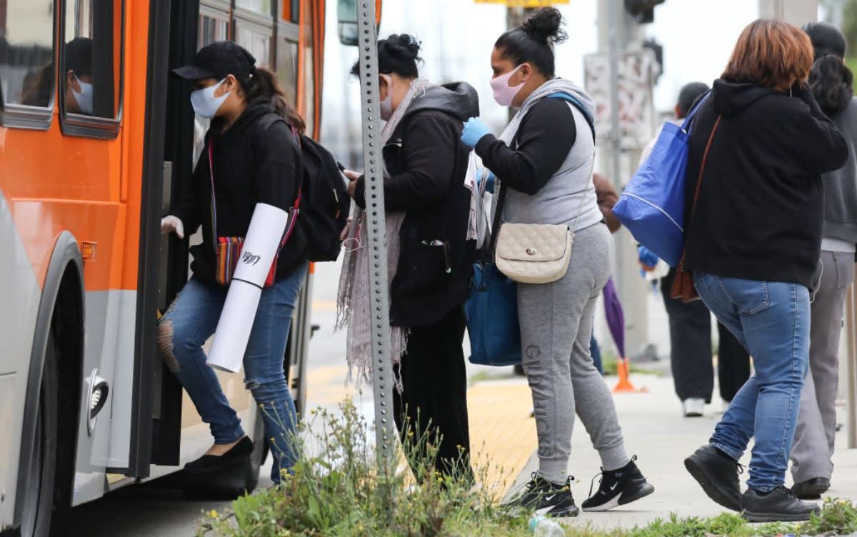Abuela mexicana es golpeada brutalmente en autobús de Los Ángeles tras ser confundida con asiática