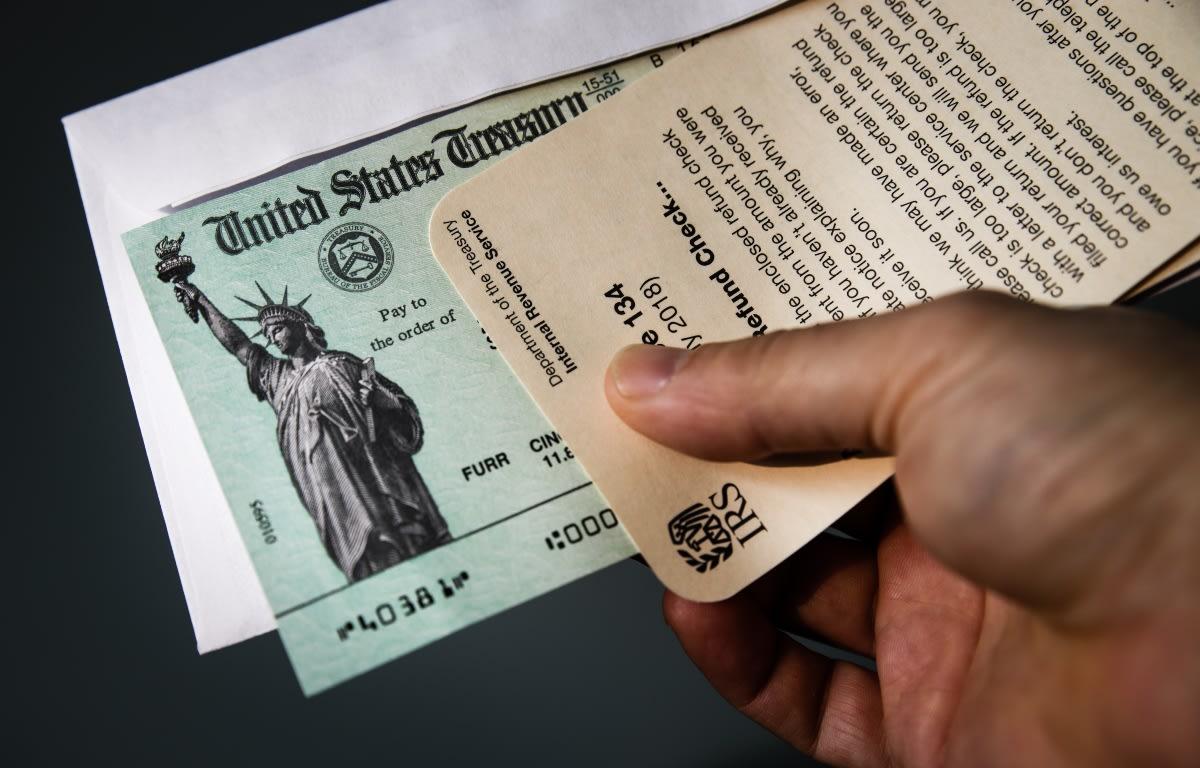 IRS pide que beneficiarios del tercer cheque conserven la carta firmada por Biden