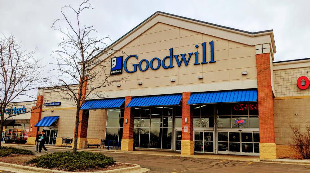 Empleada de Goodwill encuentra $ 42,000 en una caja de donaciones