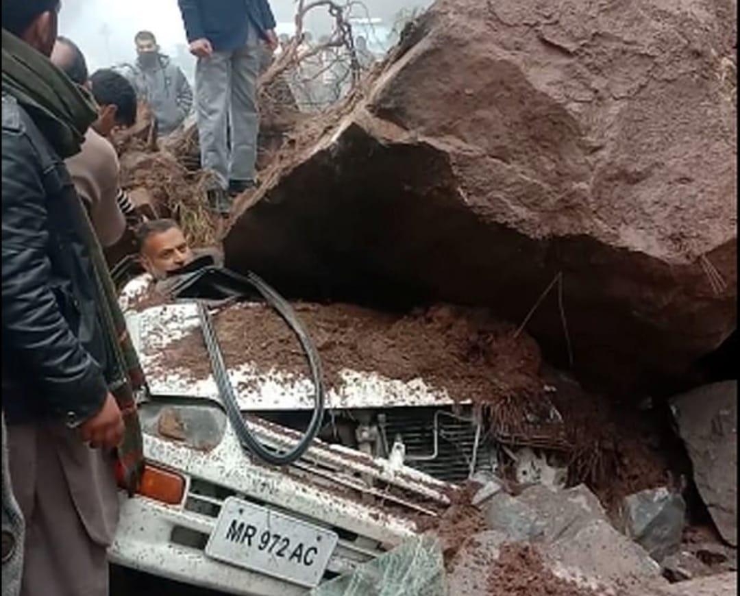 Conductor sobrevive roca aplasta