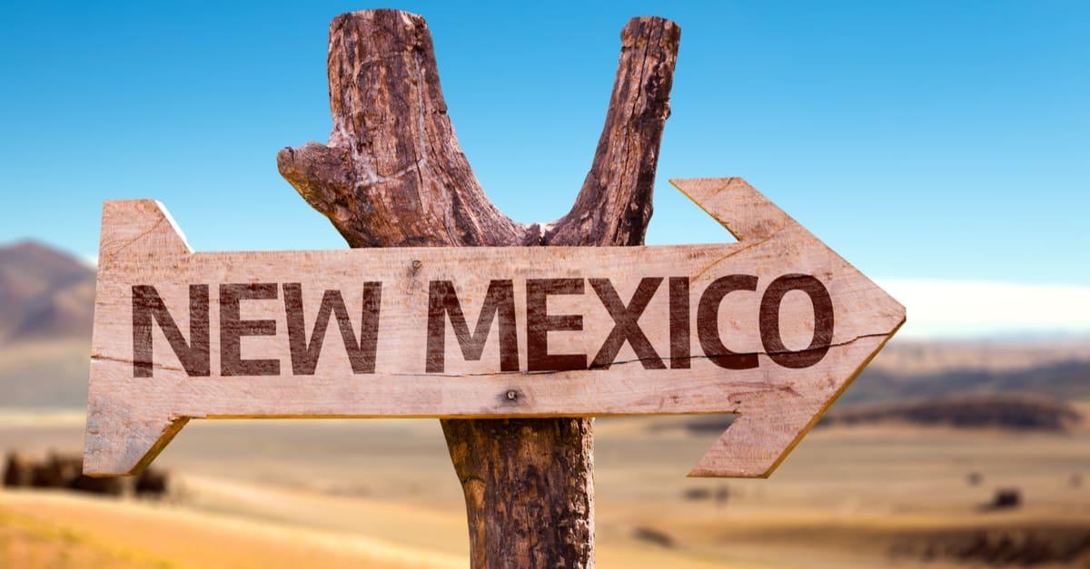 Nuevo México signo de madera con fondo desierto