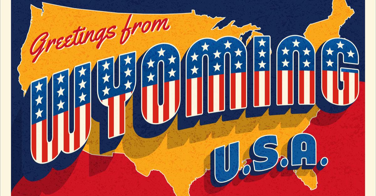 Saludos desde Wyoming USA. Postal retro con estrellas patrióticas y letras de rayas y mapa de Estados Unidos en el fondo. Ilustración vectorial.