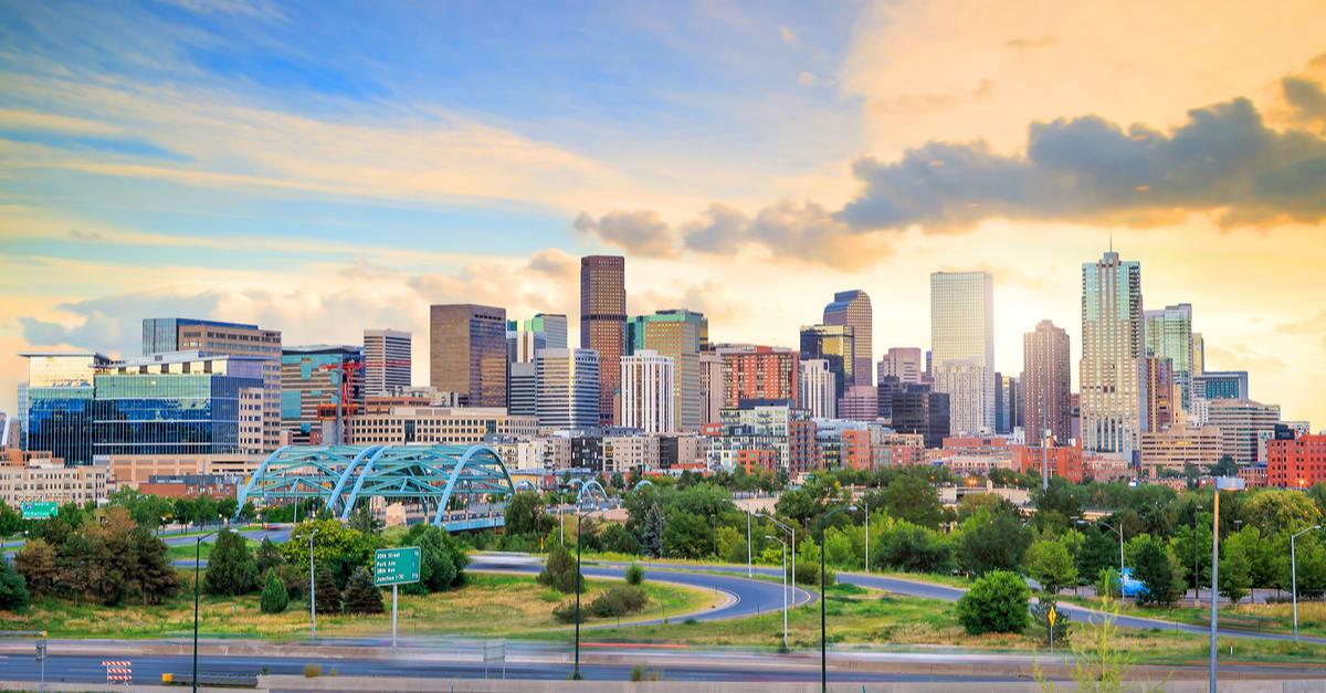 Panorama de Denver exposición larga en el horizonte.