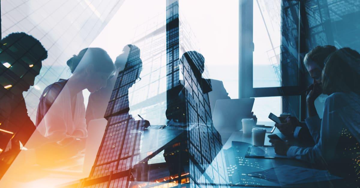 las empresFoto: Shutterstockas La silueta de los empresarios trabajan juntos en la oficina. Concepto de trabajo en equipo y asociación. exposición doble con efectos luminosos