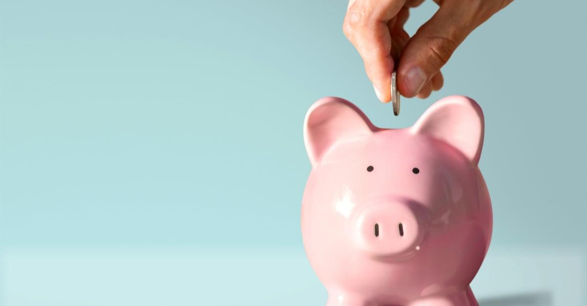 Poniendo moneda a un banco de cerdo