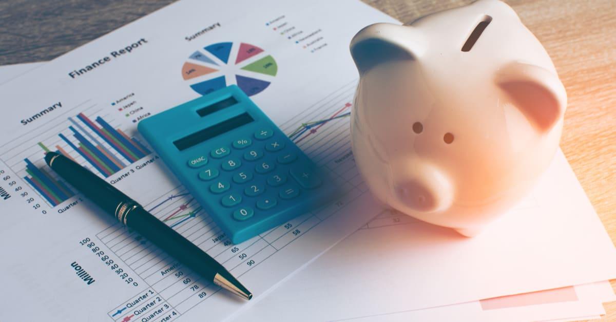 Piggy bank con cosas de negocios, concepto de negocios y finanzas, tono de color vintage.