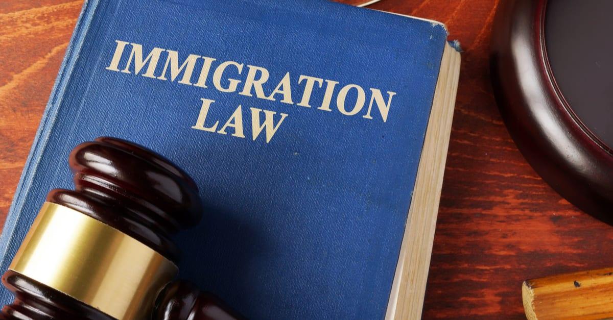 Libro con título de ley de inmigración sobre una mesa.