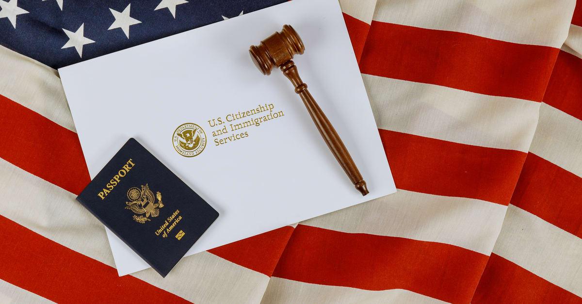 Pasaportes estadounidenses con mazo de juez de madera en la bandera americana sobre conceptos legales de inmigración mundial una ciudadanía